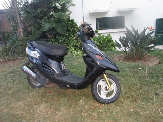 moto scooter jog pro 90 cc a vendre madagascar 35420. Black Bedroom Furniture Sets. Home Design Ideas