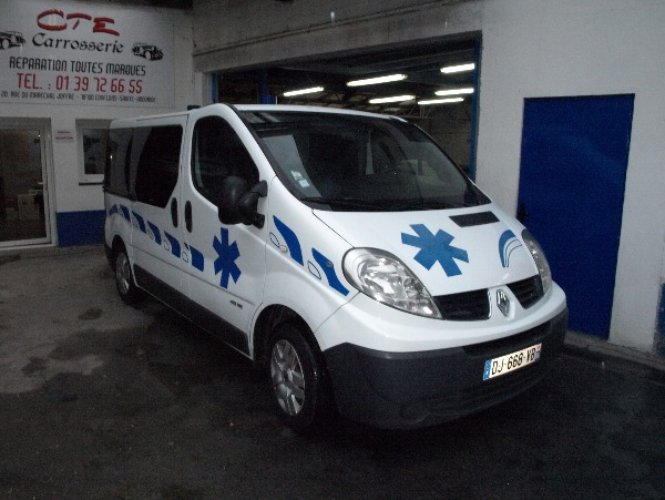 Photo 1 - ambulance renault trafic