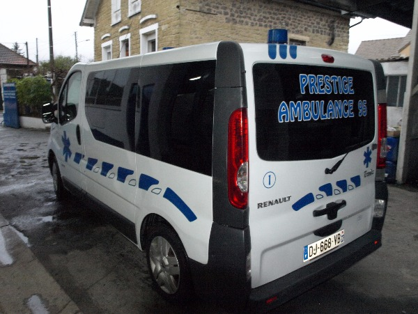 Photo 2 - ambulance renault trafic